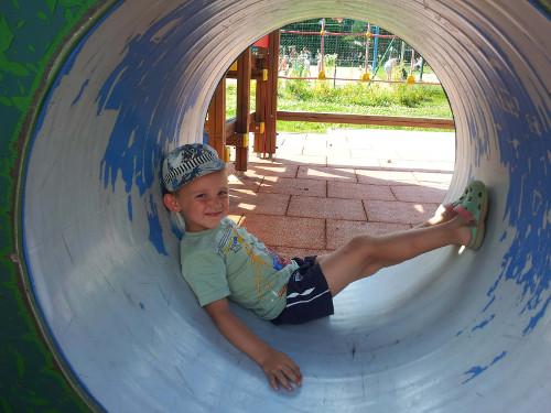 Chłopczyka na placu zabaw.